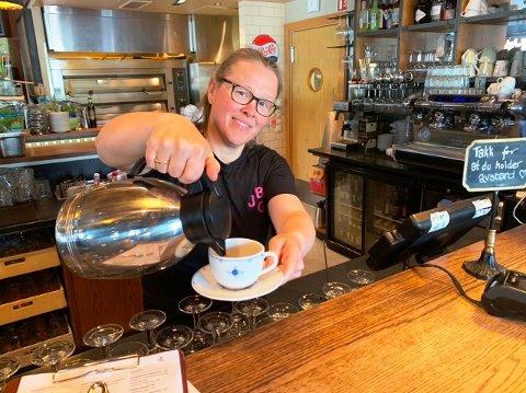 MASSE Å GJØRE: - Nå er det virkelig mer enn nok å gjøre for oss i utelivsbransjen, forteller sjefen for Jonas B. Gundersen i Porsgrunn, Jorunn Isaksen. Her serverer hun kaffe slik det kan gjøres.