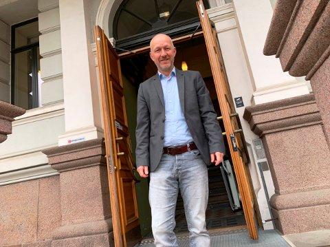 KLAR I NY KOMMUNAL STILLING: Kristian Ripegutu har jobbet i Skien kommune i en årrekke. Nå blir han direktør for organisasjon og utvikling i kommunen. Bildet er tatt foran inngangsdøra til rådhuset i Skien.