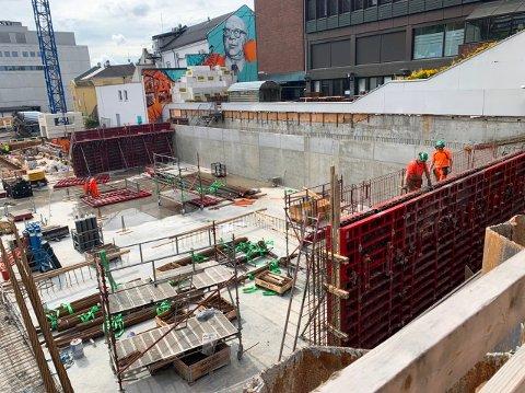 STØPT: Parkeringskjelleren i det nye sykehjemmet i Skien sentrum tar form. Bunnen er støpt, og vegger er i ferd med å reise seg. Dette er første del av en omfattende utbygging av tjenester til eldre i Skien.