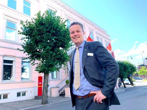GODT FORNØYD: Hotelldirektør Christer L. Sørensen er svært tilfreds med antallet gjester i juli.