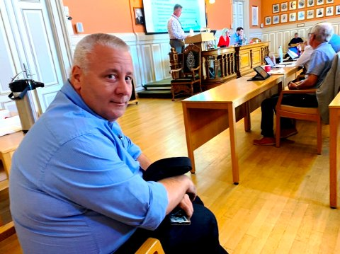 IKKE BRA: Bård Hoksrud er ikke imponert over flertallet i helseutvalget i Skien kommune og deres beslutning om å åpne opp for dobbeltrom. Han var til stede under behandlingen.