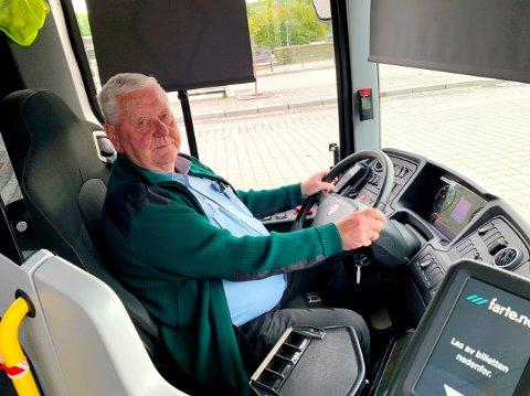 HEKTISK HVERDAG: Bussjåfør og hovedtillitsvalgt Terje Michelsen opplever at hverdagen har blitt mer hektisk enn før på grunn av alle vei- og byggeprosjektene i Grenland. At Kongens gate er stengt fram til november 2022, gjør det ikke lettere.