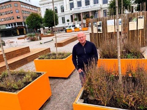 FÅ DET BORT: Dette må bort, hjelp næringslivet i stedet, sier politiker Jørn Inge Næss. Han står foran rådhuset i Skien sammen med planter og annet som flere mente var bedre enn parkeringsplasser.