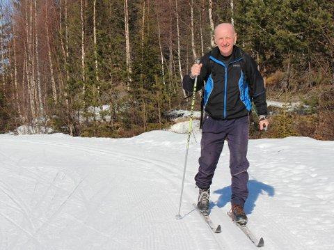 EN RUNDE TIL: Birger Thorsen orker ikke å sperre seg inne med dystre nyheter dagen lang. Han fortsetter i samme skisporet etter 80 runder rundt Høgeli denne vinteren - og oppfordrer andre til å komme seg ut. – Det er særdeles godt preparerte løyper her! sier han, og håper å se enda flere på Grønkjær resten av sesongen.
