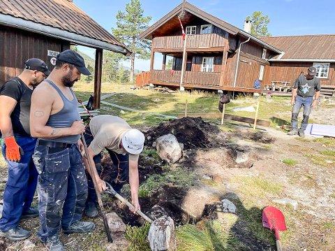 HUND: Grunnarbeid til hundeanneks blir gjort på Himingsjå i disse dager.  Ahmad Safori (singlett) og Ali Jumaa Alshawi og Yaser Hasan Hannouf. Bakerst Helge Finnekåsa.