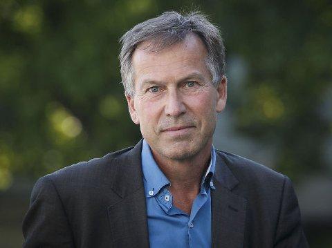 Olav Njølstad, direktør for Det Norske Nobelinstitutt, holder foredrag om atomvåpen på biblioteket i Kristiansund og de andre store bybibliotekene i fylket.