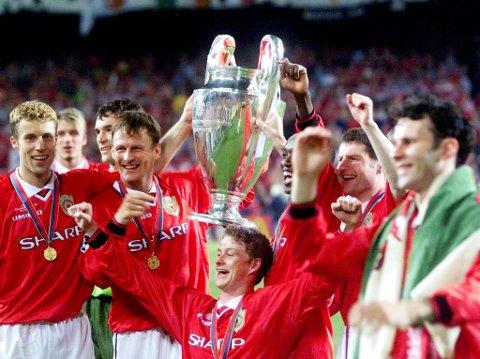 Teddy Sheringham (med trofeet) og Ole Gunnar Solskjær var heltene da Manchester United slo Bayern München 2-1 i mesterligafinalen i 1999. Nå skal de spille jubileumskamp.