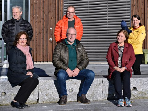 Posisjonen i Averøy har laget ei liste på hva de vil bruke pengene fra Havbruksfondet og Averøytunnelen til. Foran (fra venstre) Ann Kristin Sørvik, Sp, Lars Myklemyr, Sp, og Ingrid Ovidie Rangønes, Ap. Bak (fra venstre), Svein Kongshaug, Ap, Ivar Aae, KrF, og Signhild Kongshaug, KrF.