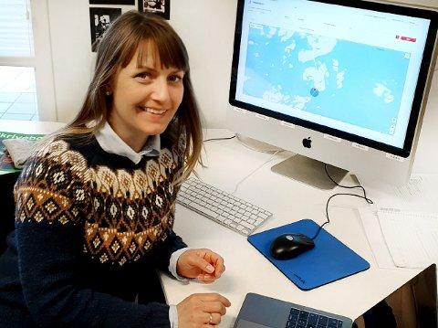 App: Næringskonsulent Lena Knutsen i Smøla Nærings- og kultursenter gleder seg over kommunens satsing på digital turisme.