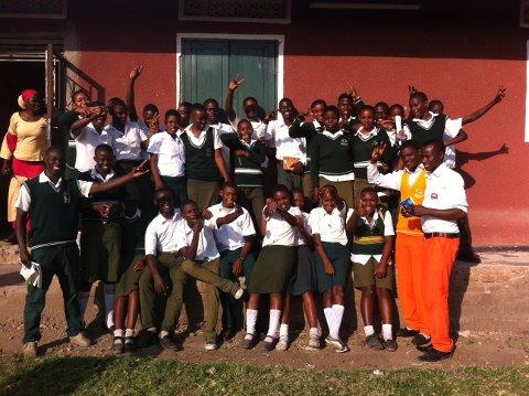 Får skolegang: Her er de 36 elevene ved ungdomsskolen i Katwe som fikk sponset skolegang i fjor, og bibliotekaren som lønnes av pensjonerte Tønsberg-bibliotekarer.