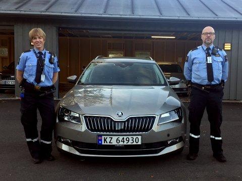 Disse to, er to blant mange i Kriminalomsorgens transporttjeneste som avlaster politiet med transportoppdrag. Fra venstre: Lone Andersen og Øyvind Strand.