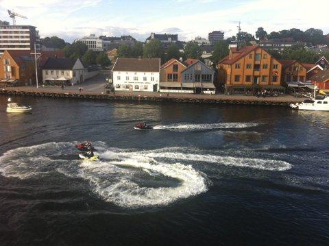LOKALE REGLER:Tønsberg kommune har fått lokal vannscooterforskrift. Den tillater ikke slik kjøring som her i havnebassenget i Tønsberg.