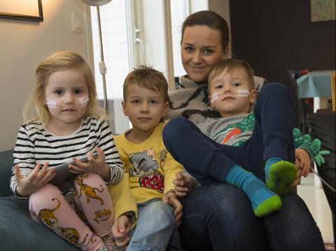 FAMILIETID: Hele familien blir berørt når noen i familien er alvorlig syk. Det vet familien Lindgren alt om. Her sitter Heli (fra venstre), Ailo, Bettina og Max sammen i sofaen.