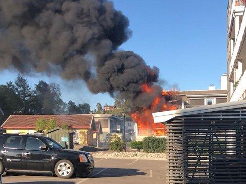HELT OVERTENT: Slik så det ut før brannvesenet kom fram. Flammene sto ut av rekkehuset.