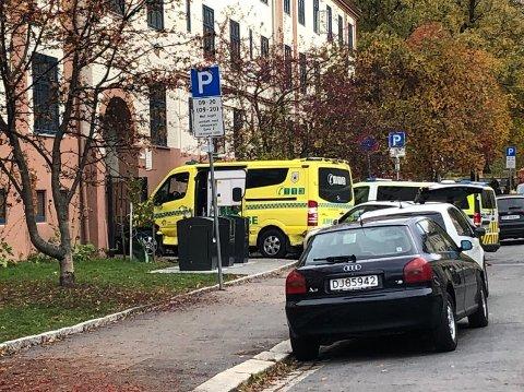 Ambulansens ville ferd endte her ved en av Torshov-gårdene. Foto: Kjetil Mæland (Nettavisen)