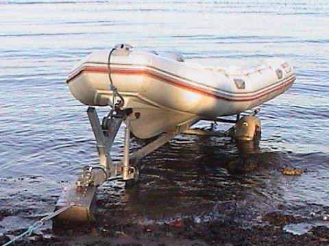 SLIK SER DEN UT: Båten det er snakk om er en fire meter lang Valiant 400, type RIB. Motoren er en Evenrude med 30 hestekrefter.