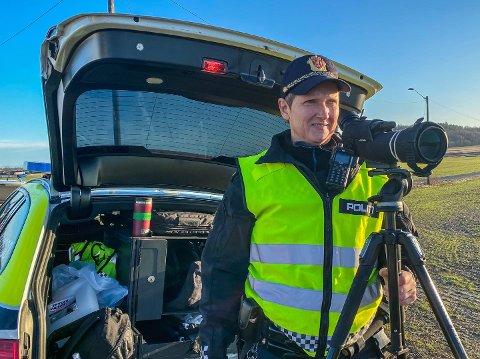 Utrykningspolitiet avholdt trafikkontroll på Semslinna utenfor Tønsberg mandag ettermiddag. Her holder politibetjent Angelica Aske utkikk etter mobil- og beltesyndere.