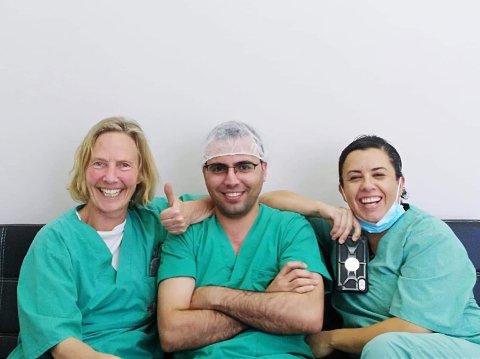 Anne Katharine Junker fra Tønsberg hadde noen hektiske, men meget givende og lærerike uker som anestesilege på Gazastripen. Her sammen med kollegene operasjonsykepleieren Mahmoud ortopeden Andrea.