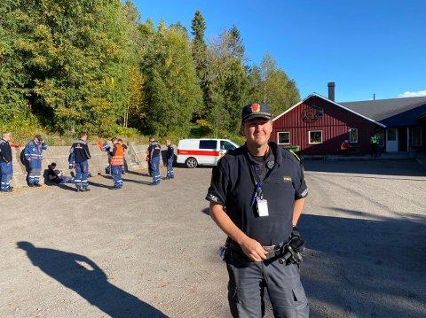 STOR LETEAKSJON: Politiets innsatsleder Dag Asle Gjølstad utenfor Sem skytterlags lokaler ved Andebuveien, hvor leteaksjonen har base.