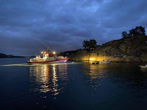 TOK INN VANN: RS Eivind Eckbo og RS 171 Stavern bisto en båteier i Tønsbergfjorden lørdag kveld og natt til søndag.