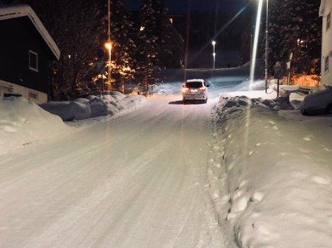 BRATT: Grøholtvegen er bratt opp mot Dramsvegen. Men å gjøre veien til forkjørsvei mener kommunen er uheldig.