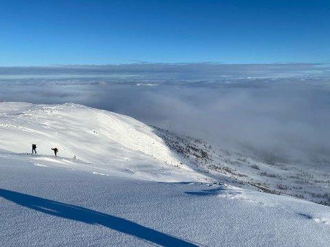 STORT SKRED: Skredet er relativt stort i størrelse og går ca. 200 meter nedover fjellsiden. Esten Skullerud var trolig på toppen av Øyenskavlen da skredet ble utløst. Han er usikker på bredden.