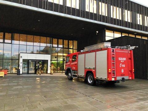 Østre Agder brannvesen, avd. Tvedestrand har rykket ut til Tvedestrand videregående skole.