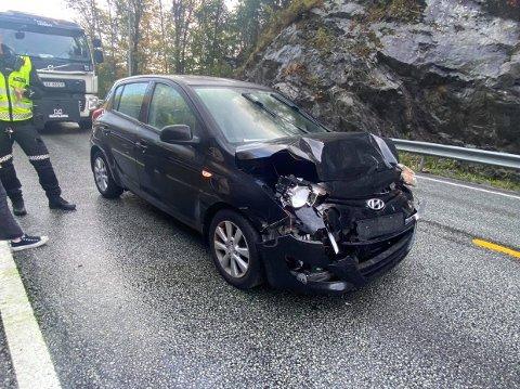 Dette er en av bilene som ble truffet av dekkene, og har fått store skader i fronten.