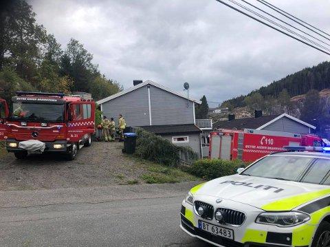Tvedestrand brannvesen og politiet har mandag ettermiddag rykket ut til Bergsmyr.