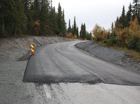 Mot toppen: Det smale «strypet» rett før du kommer opp på toppen av Eggeåsen frå nordsida er  utvidet. Både dette og de andre utbedra punktene har fått et lag asfalt.