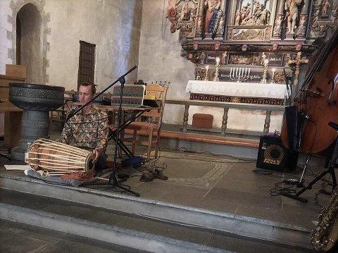 Konsert: Kontrabassist og jazzmusiker Erlend Olderskog Albertsen har brukt koronatida til å studere indisktromme og vokal og den religiøse musikktradisjonen fra Nord-India. Onsdag 11. november kommer han til Begnadalen.