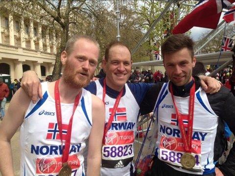 Løper: Ingulf Nordahl (midten) er en ivrig løper og for tida konstituert sorenskriver i Valdres tingrett. Her er han etter innkomst i London Marathon 2016. Simen Holvik (t.v.) er en svært habil og ivrig ultraløper.
