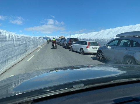 Valdresflye: Kurt Ødemark anslo at det var 750 parkerte biler på Valdresflye lørdag i finværet. Politiet opplyser at 200–300 biler sto feilparkert, men at det gikk an å passere uten at det ble trafikkork.