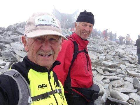 ACTIONKARER: Det skjer ofte noe når Svein Lamo (foran) og Bjørn Braaten er på tur sammen. Bildet er fra den strevsomme turen ned fra Galdhøpiggen i 2018.