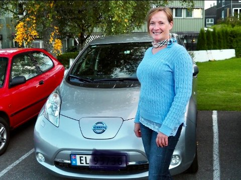 SAVNERLADEPUNKT:Anne Lise Lehne i Brenninghaugen huseierlag må inntil videre lade elbilen hos foreldrene.