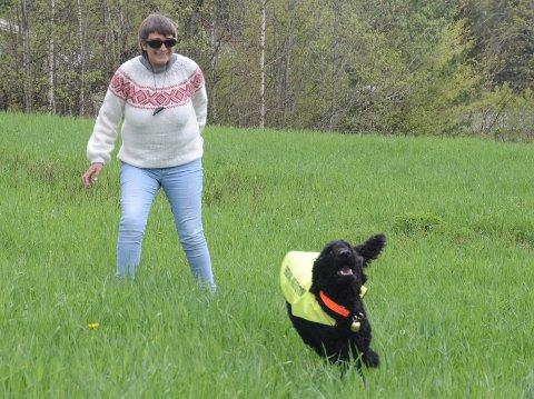 SLUTT PÅ BÅNDTVANG: Den store puddelen Joey, her med eier Renate Løvberg, har fått dispensasjon fra båndtvangen i Nittedal kommune. Han er sertifisert førerhund.  Fra og med i dag, fredag 20. august, oppheves også båndtvangen for øvrige hunder.