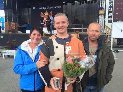 Christoffer Finstad med stolte foreldre Heidi Pettersen og Tore Finstad etter suksessen på finfelt under Landsskytterstevnet på Lesja 2015.