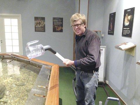 «Oppfinneren»: Med noen rørdeler, et litermål og litt lim konstruerte Klaus Bareksten ved Drøbak akvarium denne nyvinningen som gir Hugo og de andre fiskene riktig rengjøring.Foto: Privat
