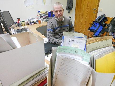 Christian Ingolfsrud er enhetsleder for byggesaksavdelingen i Frogn. Arbeidspulten hans må ha sterke bein.