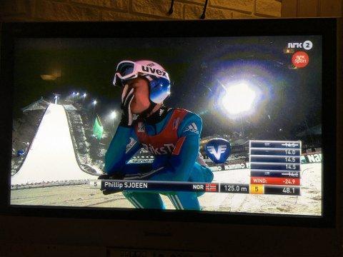 Bilde av NRKs sending av verdenscupen i Vikersund. Phillip Sjøen var tydelig skuffet etter et skuffende førstehopp fredag kveld.