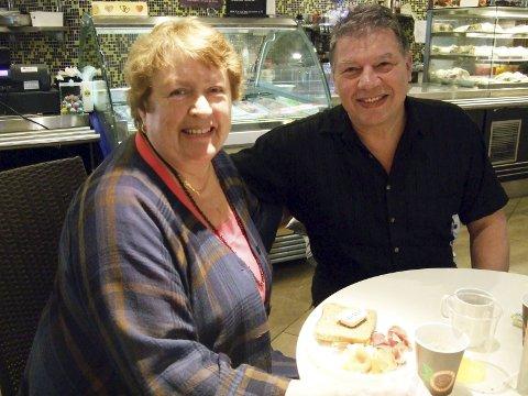 Fornøyd: Karin Løvaas og ordfører Haktor Slåke er godt fornøyd med pensjonistfrokosten. Foto: Privat