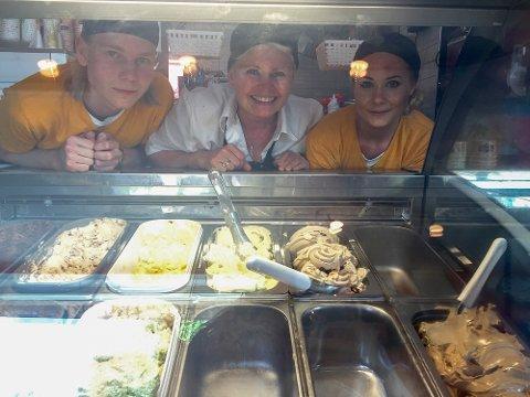 Drøbaksis: Fra venstre: Robin Andersen, daglig leder Elisabet Meisal, og Heidi Aleksandra Olsen med lokalprodusert is i disken.