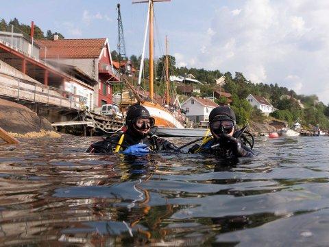Tobias Svanstrøm Rygh går ned i dypet for aller første gang sammen med onkel og instruktør Jarle Andre Rygh. Arkivfoto.
