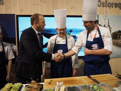 Ministerbesøk: Landsbruksminister Dale hilser på David Malony fra Oscarsborg.