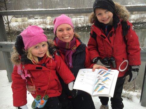Hilde Fougner med datteren Nora (3) og sønnen Markus (6) var storfornøyde etter at de endelig fikk se isfuglen.