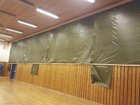 Lite pent: Presenningene blir nå erstattet med utvendig solskjerming på vindusflatene i gymsalen på Myklerud. Foto: Privat