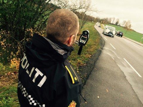 Her ved Kinn på Drøbakveien mot Ås var en rekke politifolk fra UP engasjert i trafikkontroll onsdag.