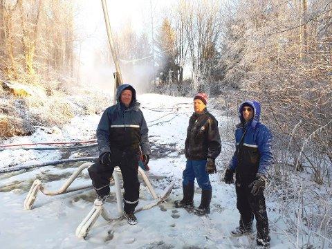 SNØPRODUKSJON: Vidar Mathisen, Terje Dahl og Steinar Dahl er kommet i gang med snøproduksjonen.  Det er uklart hvor lenge det er mulig å holde på.