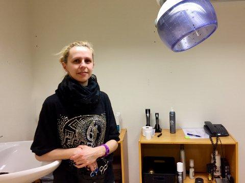 SAKS OG VANN: Monica Pogorzalek klipper beboerne på Nesoddtunet.