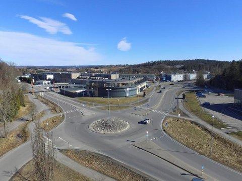 I dette området på Dyrløkke vil det skje forandringer for kollektivreisende. Dronefoto: Pål Brikt Olsen